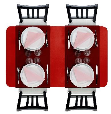 Camaïeu de couleurs chaudes avec une nappe rouge, des vis à vis bordeaux et des serviettes roses