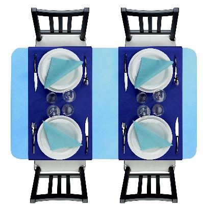 Camaïeu de couleurs froides : avec une nappe bleu clair, des vis à vis bleu nuit et des serviettes bleu Turquoise.