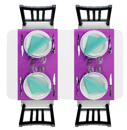 Décoration des table contrastée avec des vis à vis violet orchidée et des serviettes aqua.