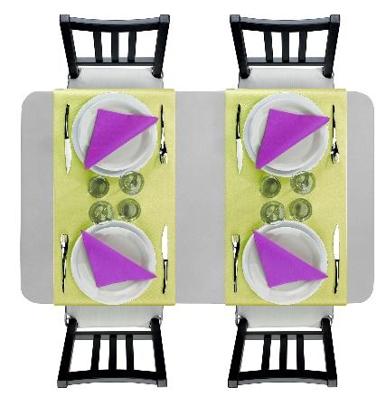 Contraste raffiné avec une nappe grise, un chemin de table jaune pâle et des serviette violet orchidée