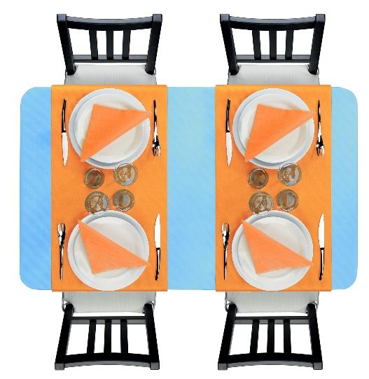 Décoration de table contrastée avec du bleu clair caraïbes et du orange mandarine